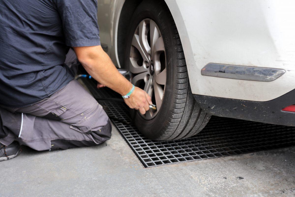Contrôle technique Montpellier contrôle la liaison au sol de votre auto. Du pneumatique en passant par les amortisseurs et les bras de suspensions.